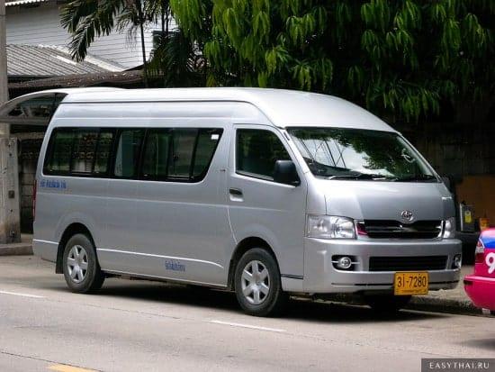 Серебристый микроавтобус