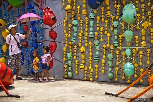Тайская семья с детьми в саду Нонг Нуч