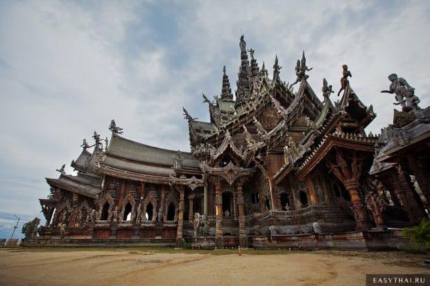 Величественный и большой храм