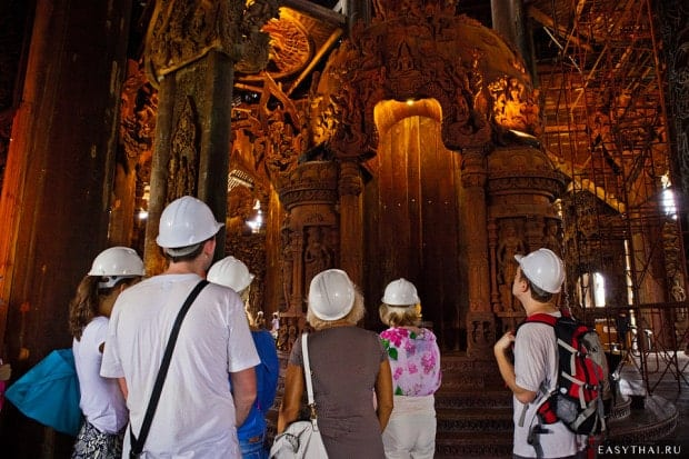 Туристы в касках