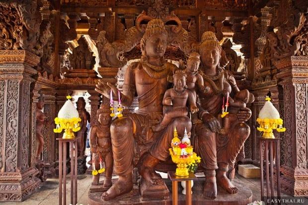 Деревянная статуя в Храме Истины