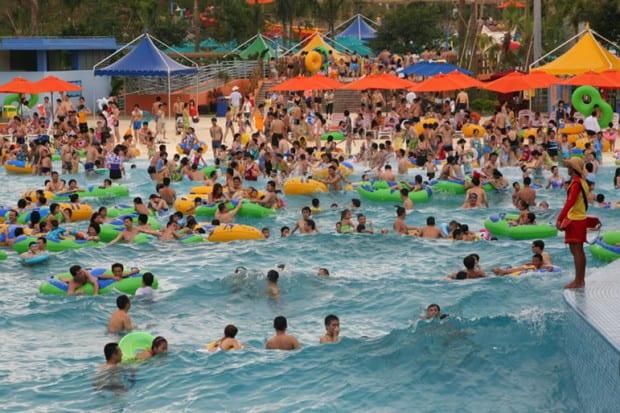 Бассейн с туристами