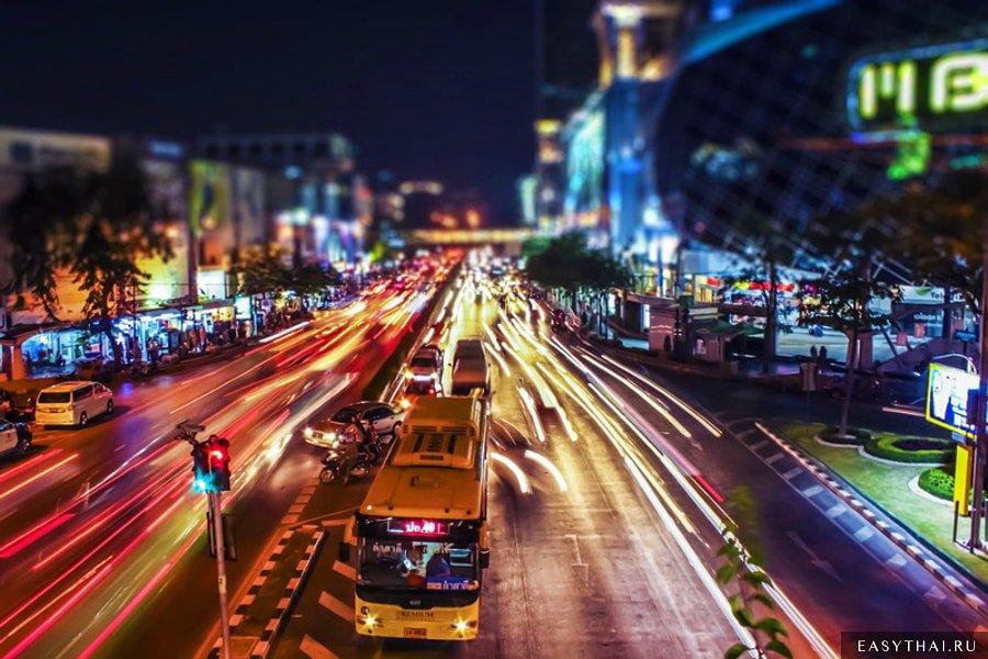 Автобус едет по ночному Бангкоку