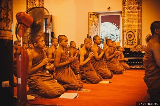 Буддийские монахи в храме