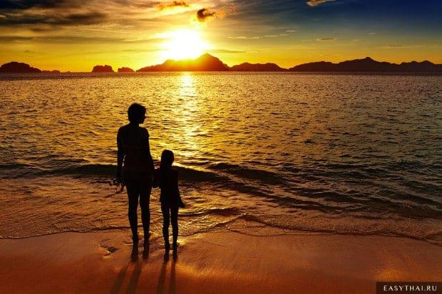 Семья с ребенком на вечернем закате