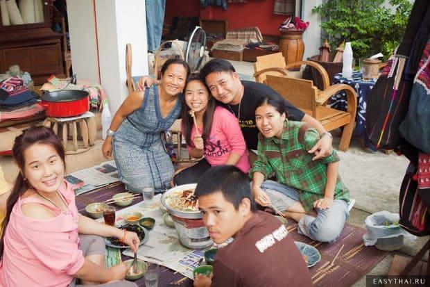 Тайская семья с друзьями