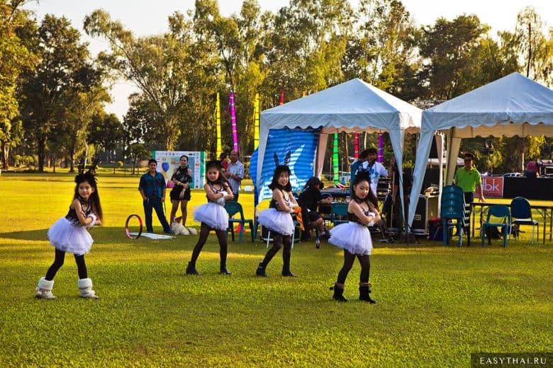 Дети на фестивале воздушных шаров в Чиангмае