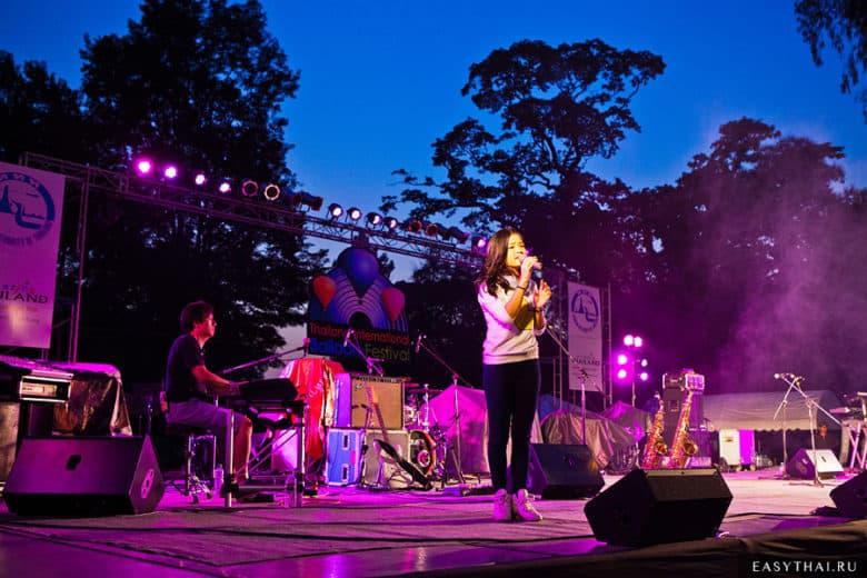 Сцена на фестивале воздушных шаров в Таиланде 2013
