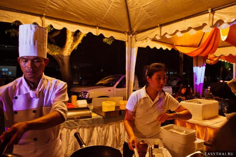 Шатры с едой на фестивале воздушных шаров