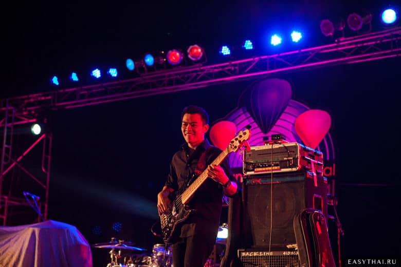 Гитарист на сцене фестиваля воздушных шаров