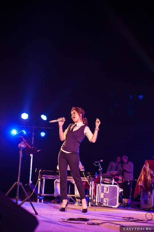 Джазовая исполнительница на сцене в Чиангмае