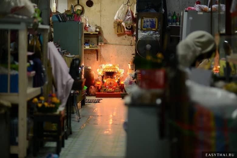Буддийский алтарь в скромном доме