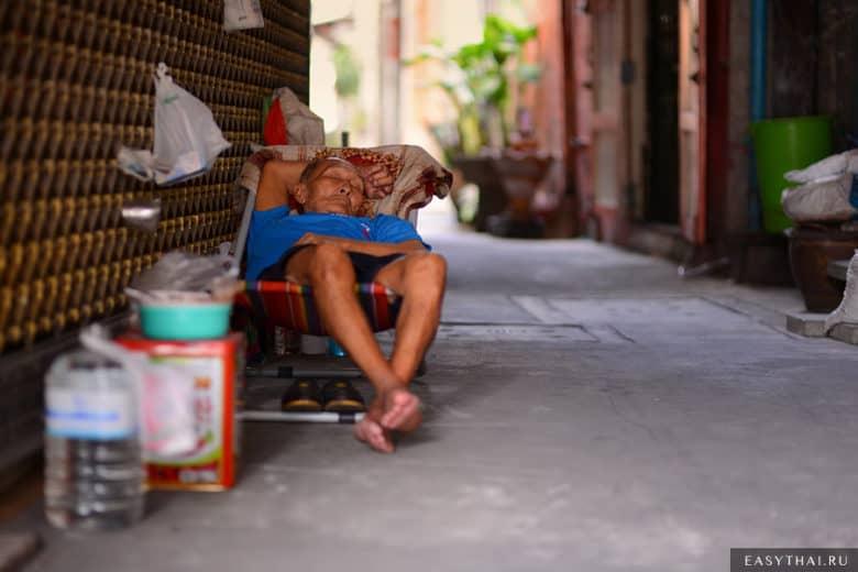 Таец спит в Чайна Тауне