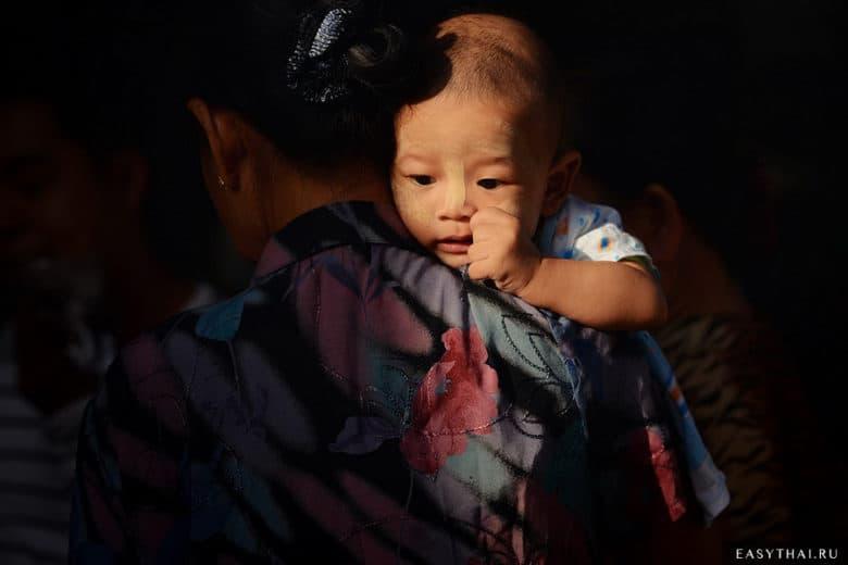 Ребенок на руках у мамы