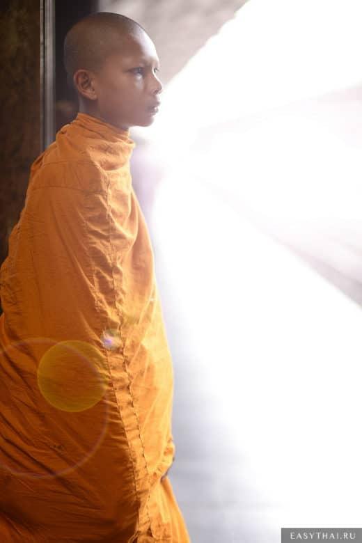 Молодой монах на вокзале Бангкока