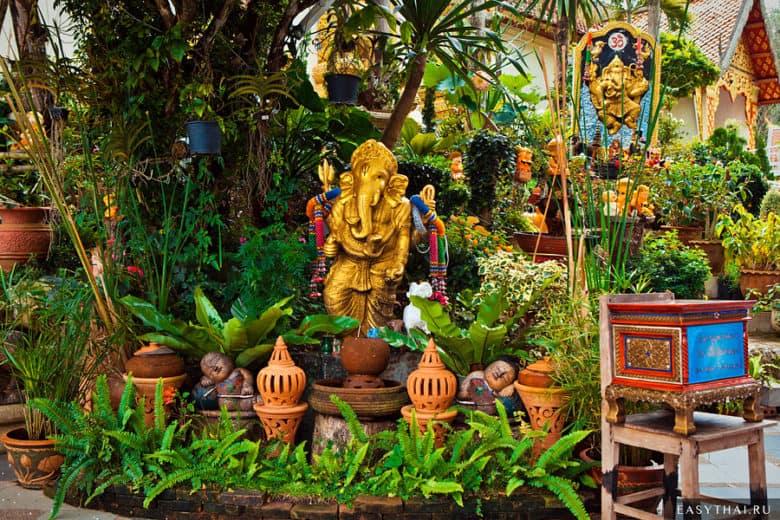 Маленький сад возле храма