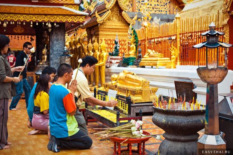 Тайцы молятся в храме Дои Сутхеп