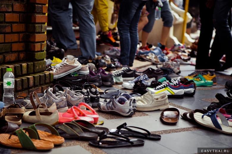 Обувь у входа в храм