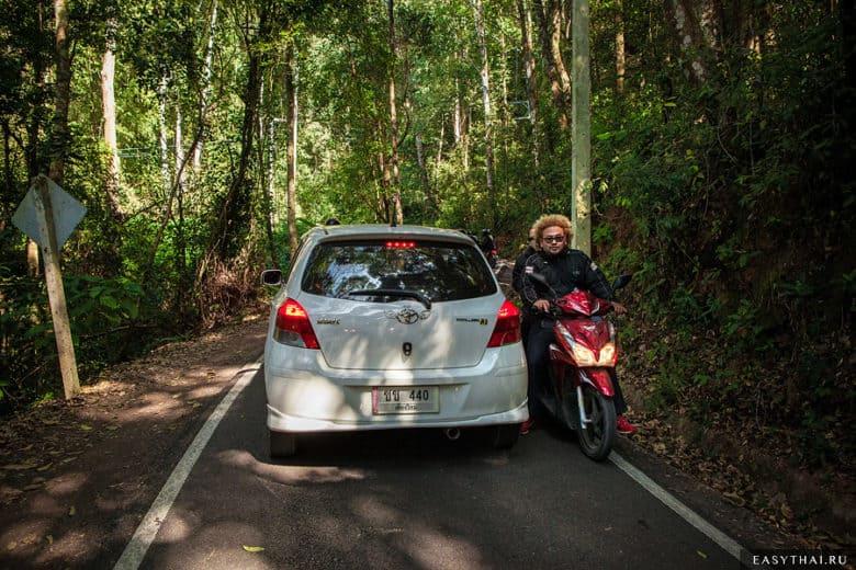 автомобиль и байк пытаются разъехаться на горной дороге