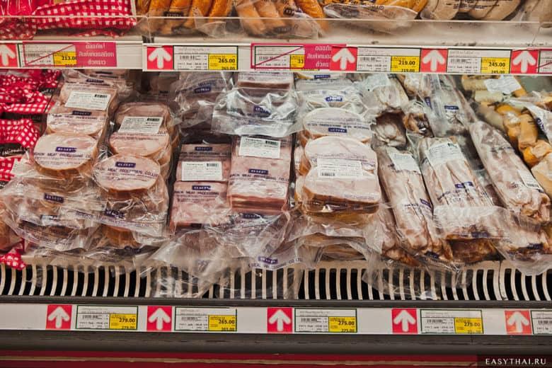 Прилавок с мясной продукцией в Макро