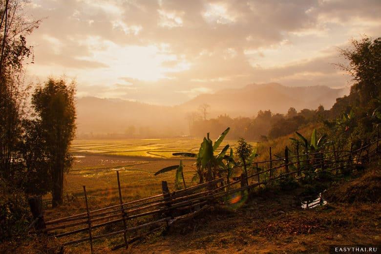Рассвет в тайской деревне