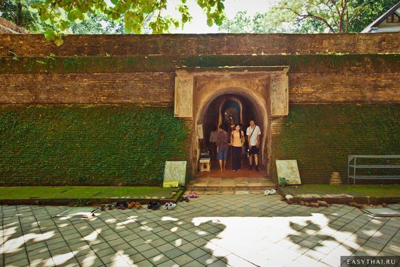 Вход в туннель в Ват Умонг в Чиангмае