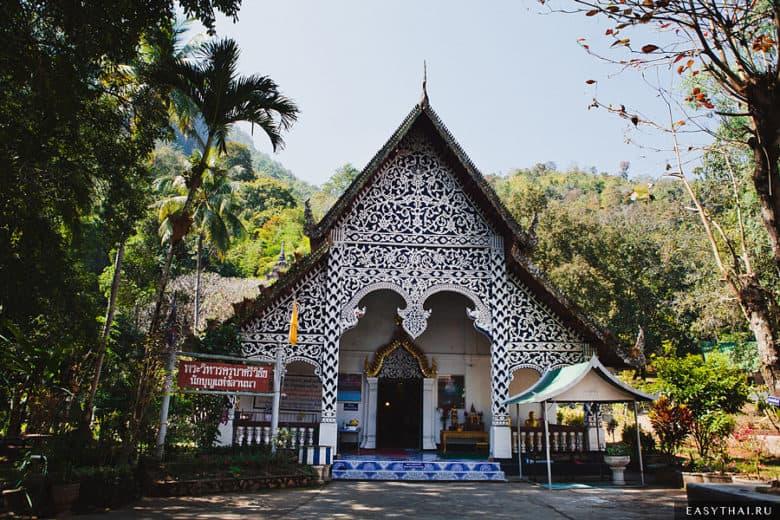 Храм у входа в пещеру