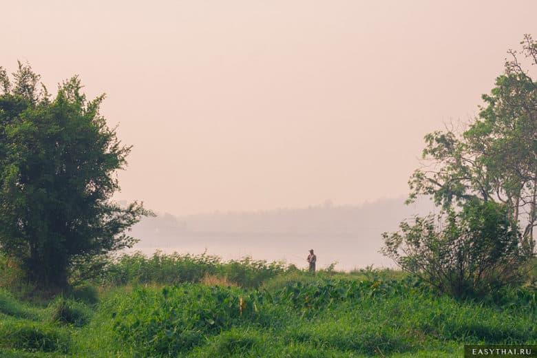Рыбак на озере Huay Tung Tao