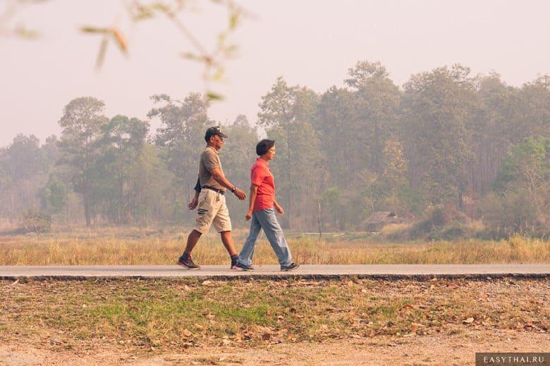 Пара прогуливается вдоль озера в Чиангмае
