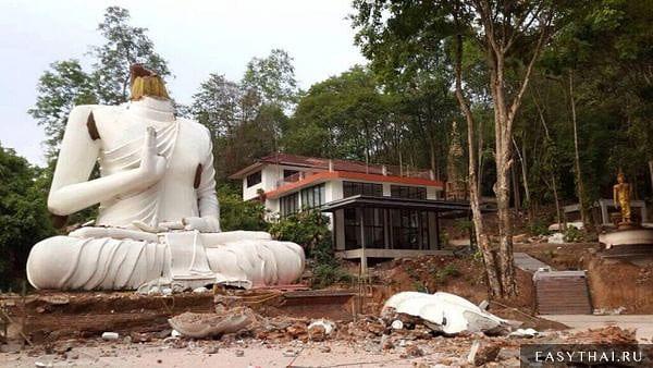 Голова у статуи Будды откололась